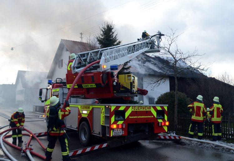 Noch unbekannt ist die Brandursache, dass am 5. Januar, in einem Bauernhof in Langerringen ausbrach und von der Scheune aufs Wohnhaus übergriff. Das Anwesen wurde schwer beschädigt.