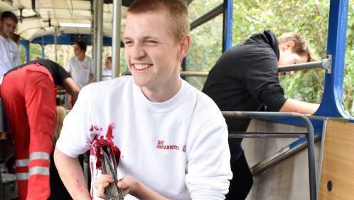 Lennart Matuszewski erhielt als eines der Unfallopfer im Bus (Bild rechts) eine besonders drastische Wunde.