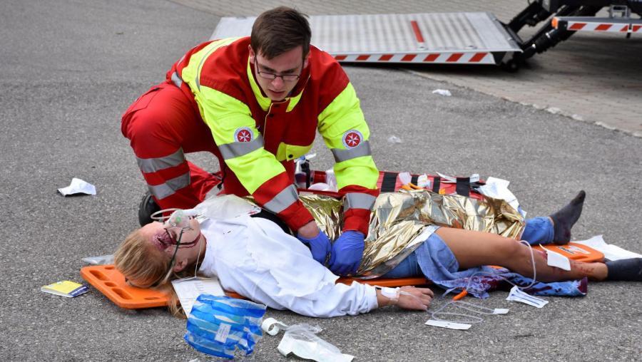 Ein Mitglied der Johanniter-Unfall-Hilfe versorgt eine der Verletzten. Der ganze Ablauf eines Einsatzes bei einem großen Unfall wurde realistisch durchgespielt.