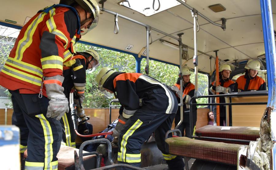 Schwabmünchen FeuerwehrübungRettungsarbeiten im Bus