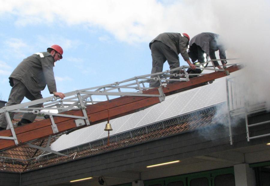 Was tun, wenn der Dachstuhl brennt? Auch dafür hat die Feuerwehr natürlich eine Lösung. Beim Tag der Schwabmünchner Feuerwehren zeigten Einsatzkräfte, wie ein Noteinsatz mit moderner Ausrüstung verläuft.