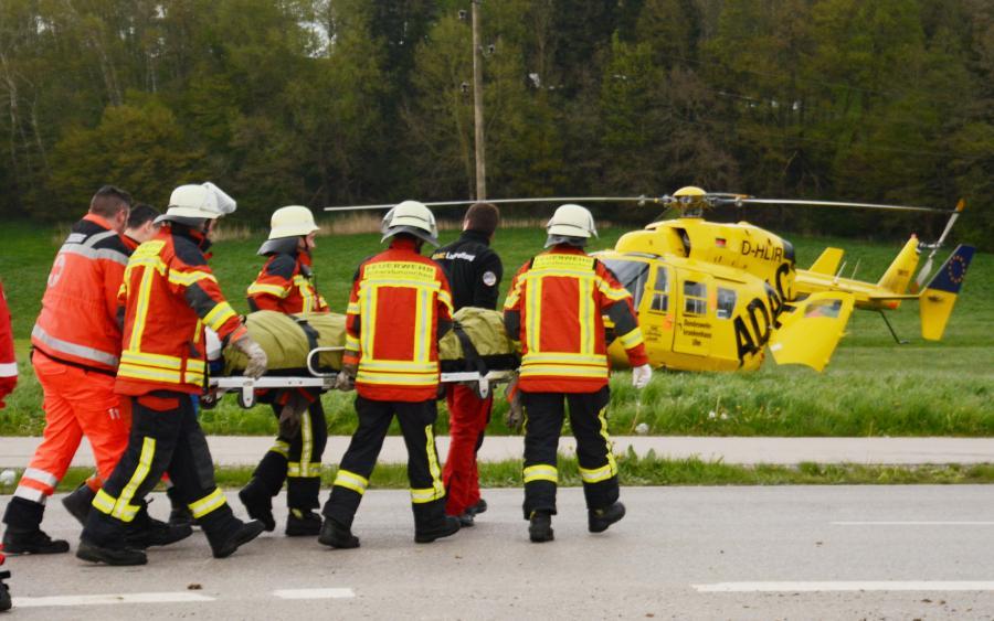 Beim Überholen in einer Rechtskurve kam ein 19-Jähriger kurz vor Birkach von der Fahrbahn ab. Sein Wagen überschlug sich und prallte gegen einen Altglas-Container.