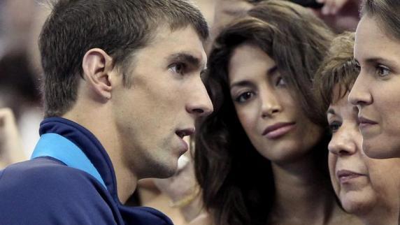 Michael Phelps (l) begrüßt am Beckenrand <b>Freundin Nicole</b> Johnson (M) und <b>...</b> - Michael-Phelps-l-begruesst-am-Beckenrand-Freundin-Nicole-Johnson-M-und-seine-Familie