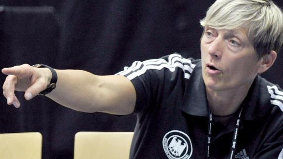 Trainerin <b>Renate Wolf</b> sah ein 25:24 ihres Teams gegen Amsterdam. - Trainerin-Renate-Wolf-sah-ein-25-24-ihres-Teams-gegen-Amsterdam