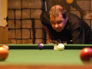 Pool Billard: Mit nur einer Hand locht er ein