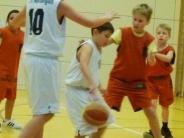 Basketball: Junge Korbjäger behaupten sich