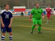 Fußball: Der Gegner verzweifelt an Torhüter Florian Wolf