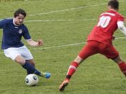 Fußball: Den Gegner im Verfolgerduell ausgespielt