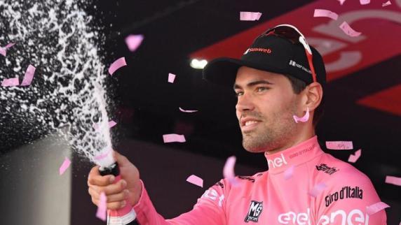 Tom Dumoulin trägt weiter das Rosa Trikot des