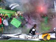 Fußball: Spektakel auf und neben dem Platz