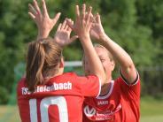 Fußball: Sielenbacherinnen klatschen sich ab