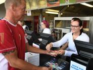 FC Augsburg: Bezahlkarte: Die ersten FCA-Fans haben ihr Geld wieder