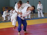Kampfsport: Mit Hüftwurf, Fußfeger und Würgetechnik