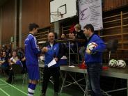 Hallenfußball: Gastgeber verteilen kaum Geschenke