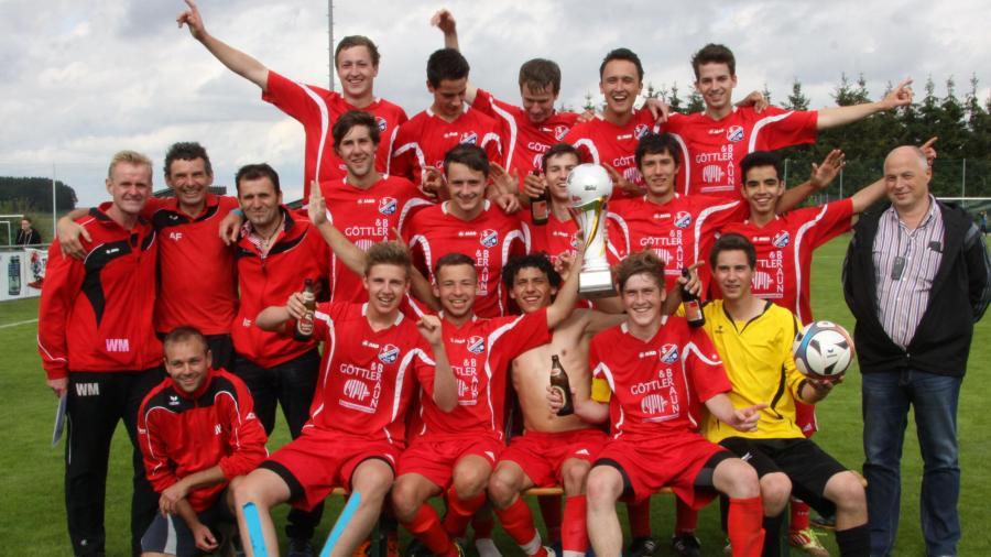 Das offizielle Siegerfoto: Die A-Jugend der SG Hollenbach/Alsmoos-Petersdorf hat den Landkreispokal gewonnen. Im Finale bezwang sie den FC Stätzling 4:2. Bild: Reinhold Rummel