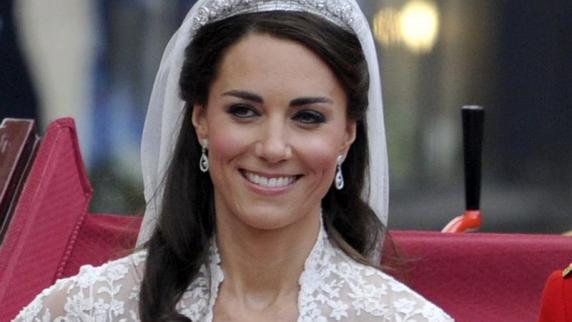 Nach der Hochzeit mit Prinz William : Kate unter Druck: Thronfolger werden kurz nach Hochzeit gezeugt - Promis, Kurioses, TV - Augsburger Allgemeine - Kate-schafft-mit-ihren-Hochzeitsideen-ein-echtes-Markenzeichen-Sie-kombiniert-Tradition-mit-Moderne