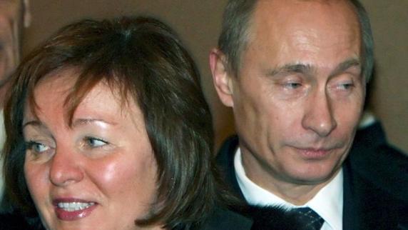 Wladimir putin hält seine frau ljudmila sowie seine familie aus der