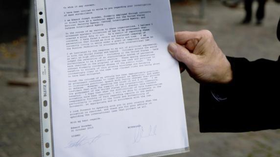 - Hans-Christian-Stroebele-praesentiert-den-Brief-von-Edward-Snowden