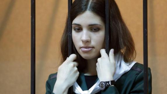 Nadeschda tolokonnikowa während einer gerichtsverhandlung ende april