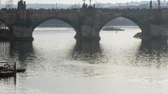 Schauspieler stürzt von Prager Brücke in den Tod