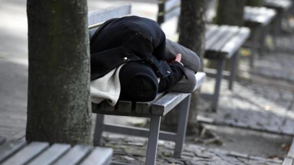 Unfassbare Attacke in Bochum Mann überfallen, mit Steinen beworfen und danach begraben