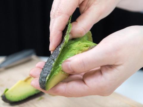 avocado hand schneiden ist schwer avocados mit warnhinweisen geld leben augsburger. Black Bedroom Furniture Sets. Home Design Ideas