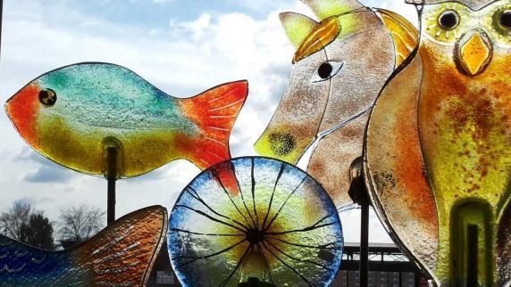 morgen sind ostereier, gartendeko und glas-kreuze zu sehen, Garten ideen