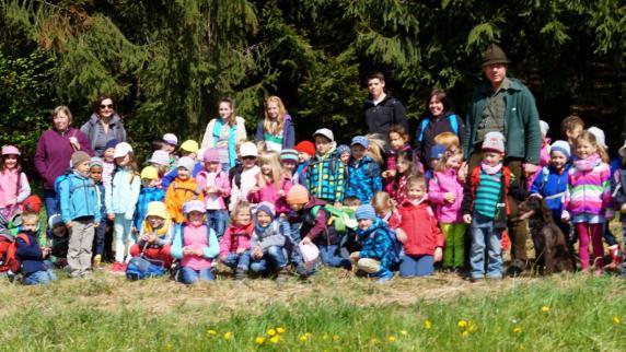 : Kindergartenkinder gehen mit dem Jäger in den Wald