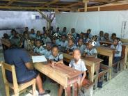 : Grundschüler lesen für Kinder auf Haiti