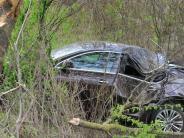 Landkreis Dillingen: Auto prallt auf B16 gegen Baum, Fahrer schwer verletzt