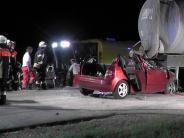 Buttenwiesen: Autofahrerin prallt in Güllefass