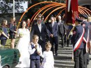 Gottmannshofen: Feuerwehr lässt Brautpaar hoch leben