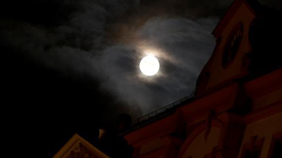 Schlafwandler (2) steht nachts auf der Straße