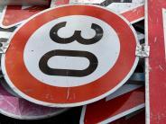 Schwenningen: Unbekannte biegen Verkehrsschilder um