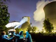 Gundremmingen: Kühlturm des Kernkraftwerks angestrahlt
