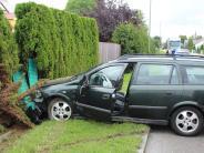 Unfall: Auto landet in der Hecke