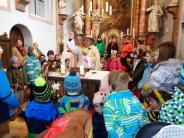 Fasching: Bunte Mäschkerle in der Kirche