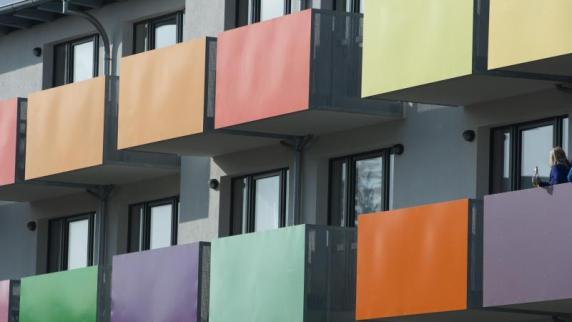Augsburg: frau stürzt von balkon: mann sitzt wegen versuchten ...
