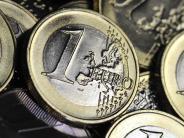 Euro: Euro-Münzen auf einem Soldatenfriedhof: Ein Symbol des Friedens