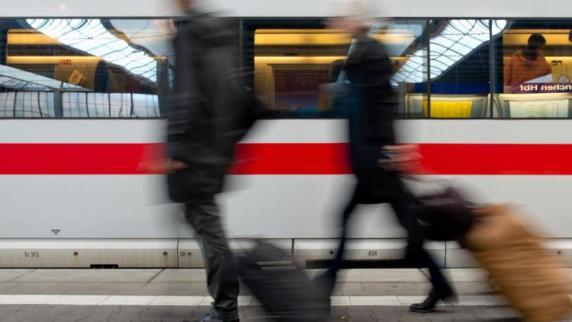 Ingolstadt: ICE prallt gegen Baum: Reisende hängen stundenlang fest