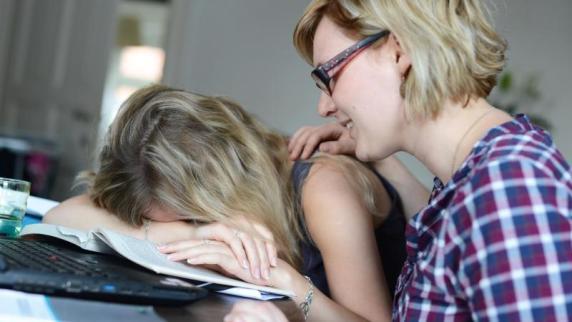 KleineGesten können helfen: Trauer im Kollegenkreis: wie man richtig darauf reagiert