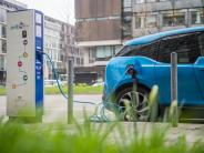 Branche in sensibler Situation: Merkel fordert mehr Engagement bei neuen Auto-Antrieben