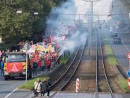 Produktion läuft wieder: 7000 Stahlkocher demonstrieren gegen Stahlfusion