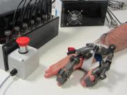 Praxistest im Restaurant: Tübinger Forscher stellen Roboterhand für Gelähmte vor