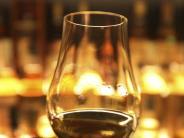 Ein wenig Wasser genügt: So einfach motzt man Whiskey auf